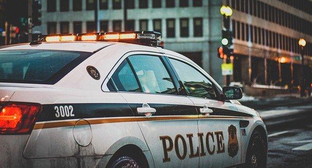 coche de policía alertada por una alarma en el hogar